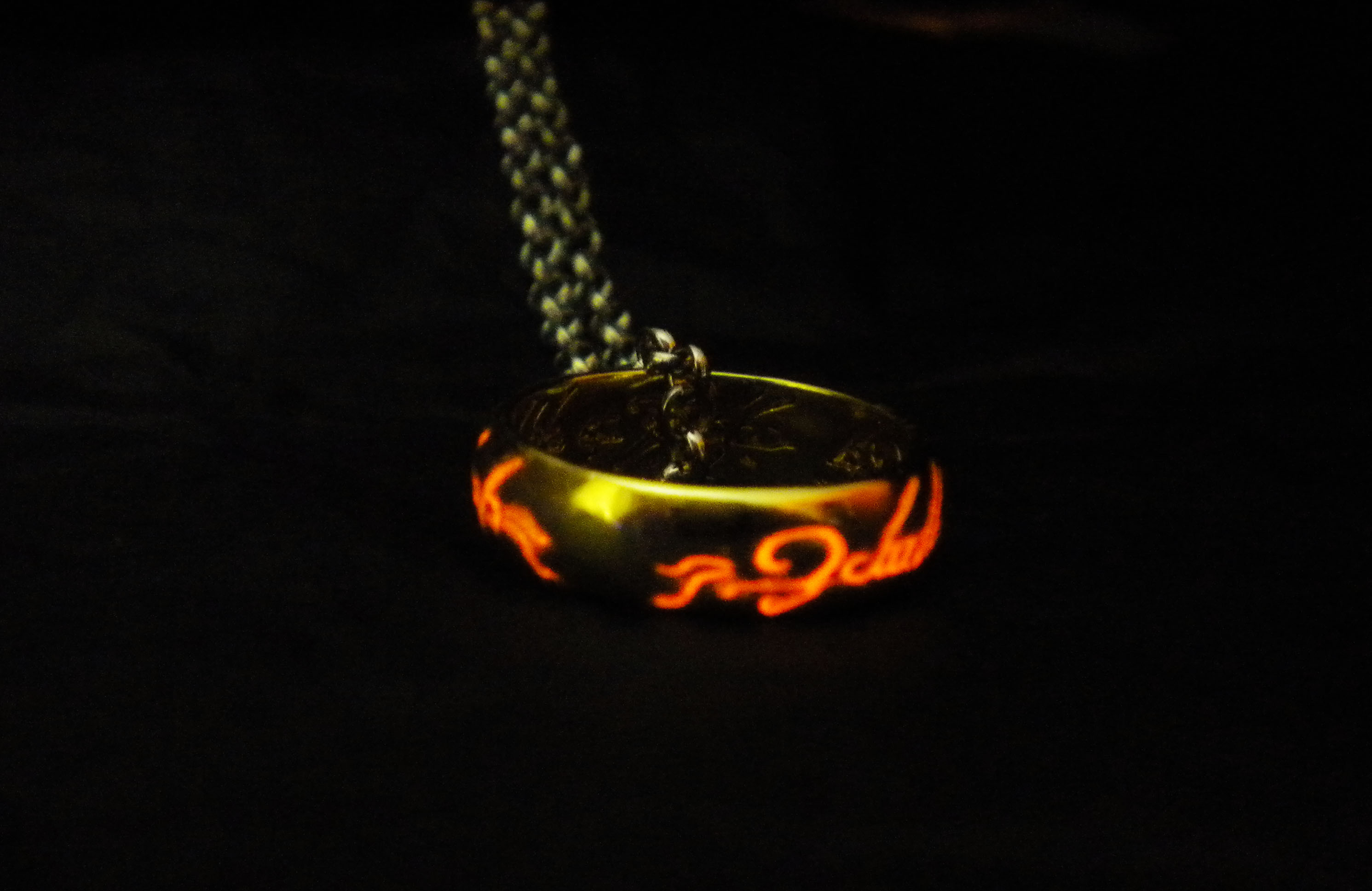 The lord of the rings the hobbit tolkien glow in the for Glow in the dark wedding rings